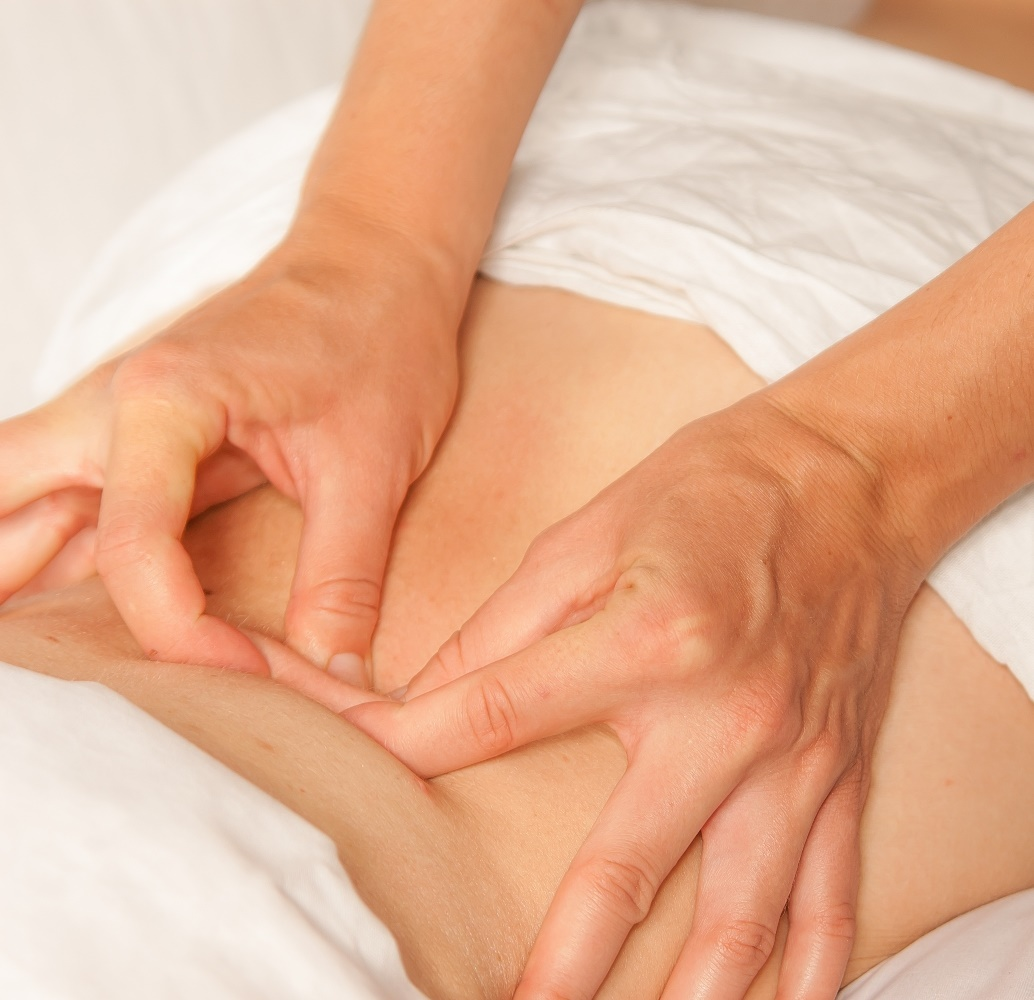 19040579 – a physio gives myotherapy using trigger points on athlete woman
